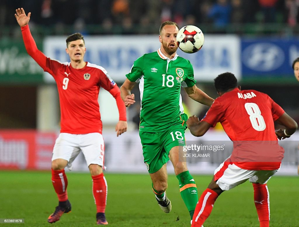 Austria's David Alaba (R) vies with Ireland's David Meyler during the World Cup 2018 qualification football match between Austria and Ireland in Vienna on November 12, 2016. / AFP / JOE