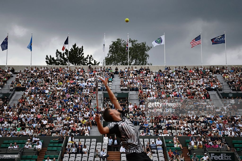 Austria's Dominic Thiem returns the ball to Germany's Alexander Zverev during their men's third round match at the Roland Garros 2016 French Tennis Open in Paris on May 28, 2016. / AFP / PHILIPPE