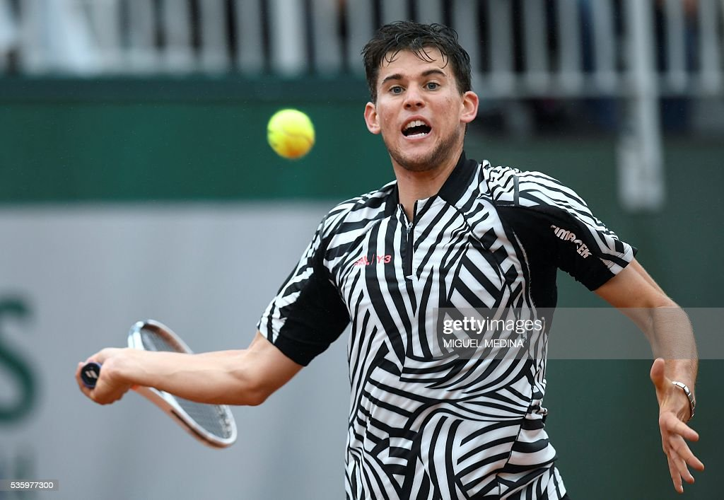 Austria's Dominic Thiem returns the ball to Spain's Marcel Granollers during their men's fourth round match at the Roland Garros 2016 French Tennis Open in Paris on May 31, 2016. / AFP / MIGUEL