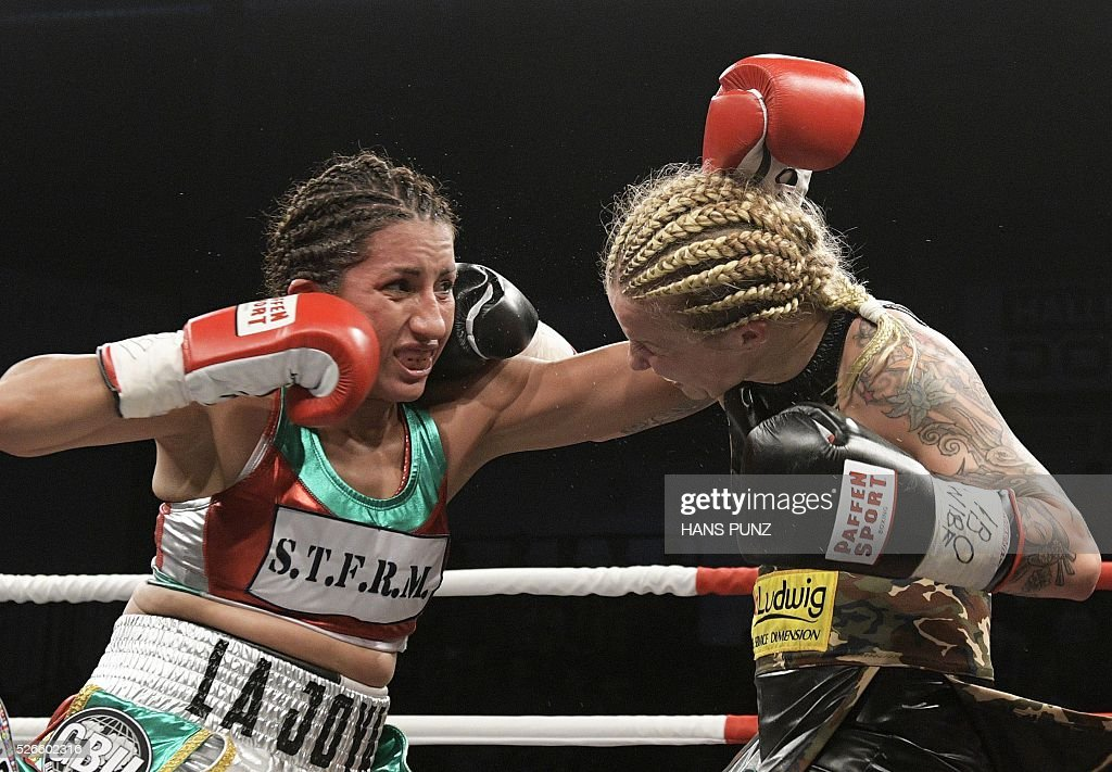 Austria's Eva Voraberger (R) fights against Mexico's Esmeralda Moreno during the WIBO Super Flyweight World Championship boxing fight in Vienna on April 30, 2016. / AFP / APA / HANS PUNZ / Austria OUT