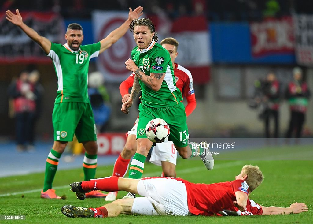 Austria's Martin Hinteregger (R) vies with Ireland's Jeff Hendrick during the World Cup 2018 qualification football match between Austria and Ireland in Vienna on November 12, 2016. / AFP / JOE