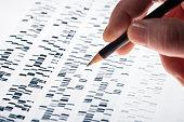 Wissenschaftler untersucht DNA-Gel, das in der Genetik, Forensik, Pharmaforschung, Biologie und Medizin Anwendung findet.