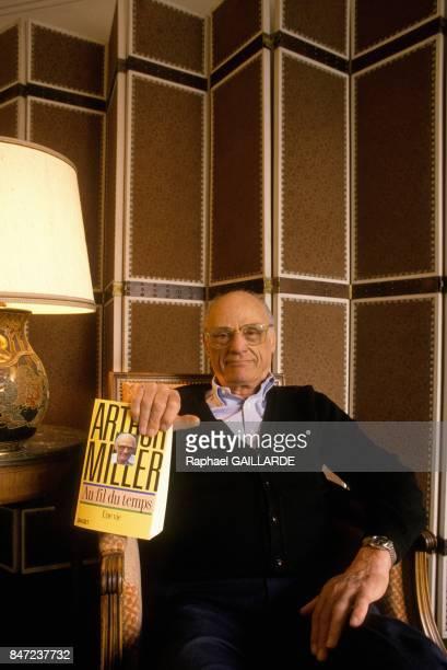 L'auteur americain Arthur Miller presente son livre 'Au Fil du Temps' le 14 avril 1988 a Paris France