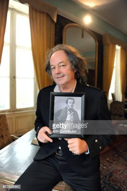 THOMAS L'auteur et historien Gonzague SaintBris pose le 28 Novembre 2010 à Amboise avec la reproduction d'un ferotype unique photo connue de...
