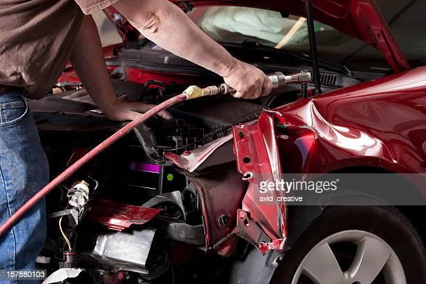 Auto-Mechaniker Disassembling beschädigte Fahrzeug