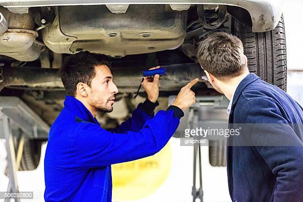 Automechaniker Gespräch mit dem Auto Eigentümer
