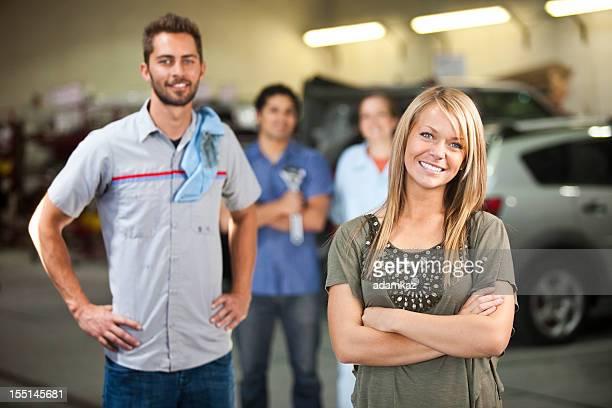 Mécanicien automobile équipe avec le client