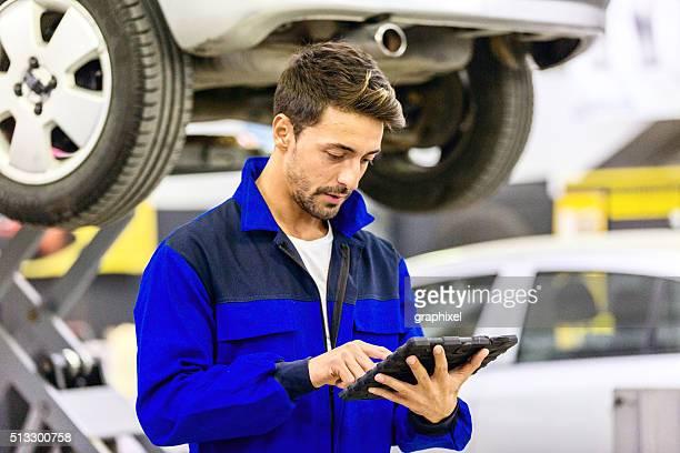 Auto-Mechaniker mit Tablet PC