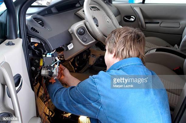 Auto-Mechaniker Arbeiten Elektro-Auto reparieren