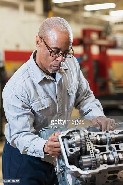 Mécanicien automobile travaillant sur carburant de moteur