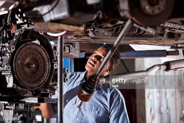 Auto-Mechaniker Arbeiten unter Auto haben