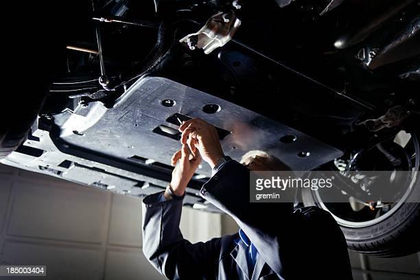 Auto-Mechaniker Arbeiten unter dem Auto