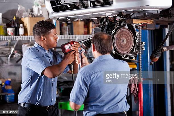 Auto-Mechaniker Arbeiten am Auto in garage Übertragung