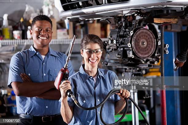 Auto Mécanicien travaillant sur la voiture transmission