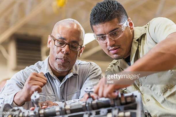 Auto meccanico lavorare sul motore di benzina