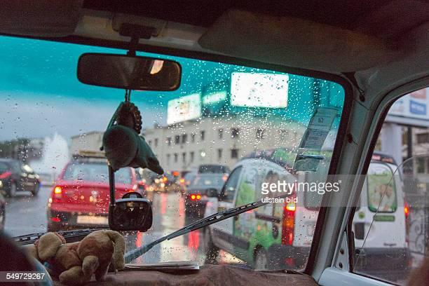 Autofahrt durch die nächtliche Neustadt in Fes Marokko