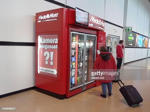 Automat vom Media Markt zum Kauf von Kameras und anderen Kleingeraeten auf dem Hamburger Flughafen Fuhlsbuettel
