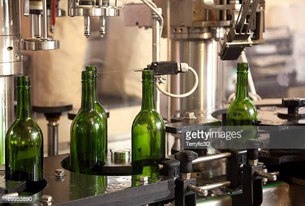 Automatisierte Wein Bottling auf Förderband in der Fabrik