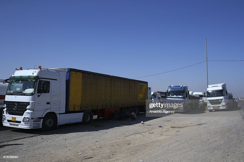 Automobiles and cars wait at the entrance of Kirkuk as the clashes continue after Daesh attacks in Kirkuk, Iraq on October 22, 2016. Street-to-street fighting between Daesh militants and security forces in Iraqs northern city of Kirkuk took place on Saturday, a local source told.