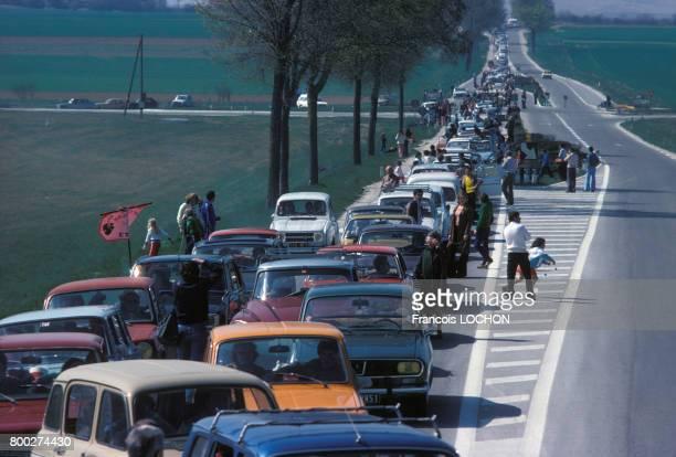 Automobilistes descendus de leurs voitures lors d'un bouchon en période de départ en vacances en Champagne en avril 1976 en France
