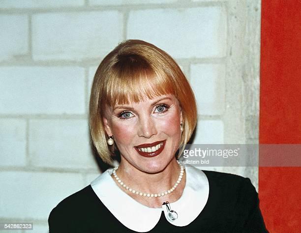 Autorin und Moderatorin Heike Maurer mit Perlenkette Aufgenommen März 1999