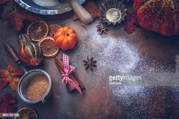 Hösten bakgrund med nötter, kryddor och kanderade apelsiner