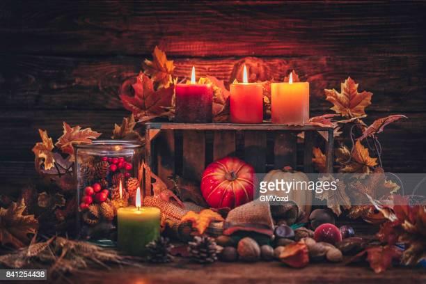Hösten dekoration bakgrund med ljus, pumpor, Leafs och nötter