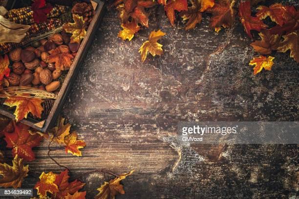 Décoration automne avec feuilles sur fond rustique