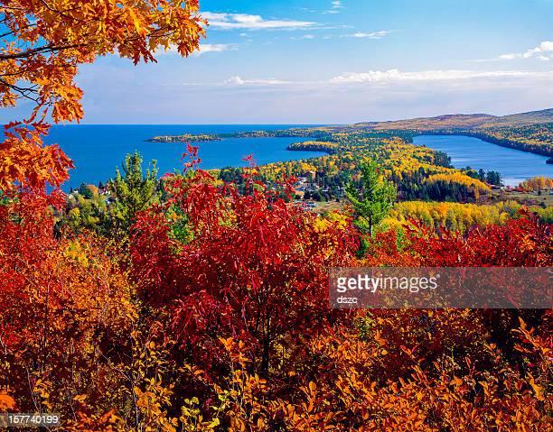 秋の色でコッパーハーバーミシガン