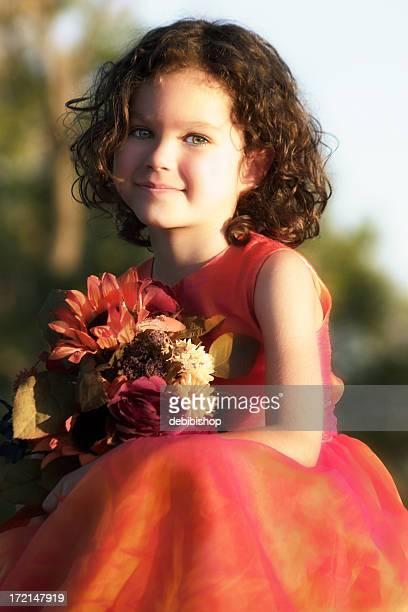 Chica con ramo de flores de otoño