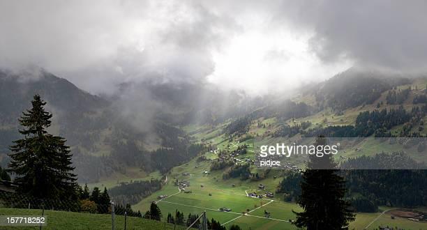 Herbstliche Landschaft mit Berner Alpen der Schweiz