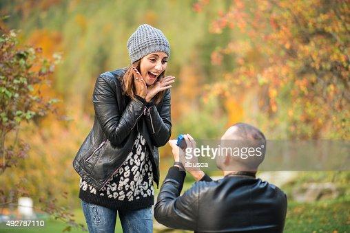 Outono ao ar livre proposta de casamento envolvimento
