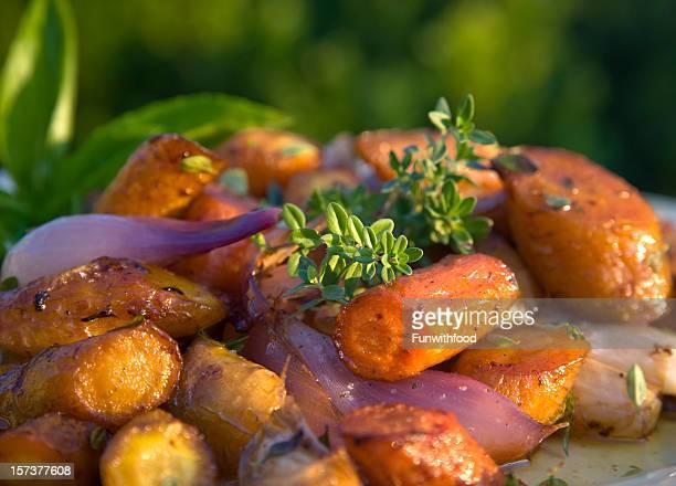 Autunno arrosto Verdure a radice: Carote e patate, Parsnips, cibo vegetariano Giorno del Ringraziamento