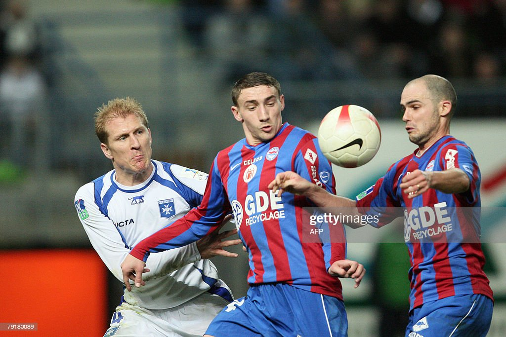 Auxerre's Stephane Grichting (L) vies with Caen's Julien Toudic (C) and Benjamin Nivet (R) during the French L1 football match Caen vs. Auxerre, 23 January 2008 at the Michel d'Ornano stadiumin in Caen, western France.