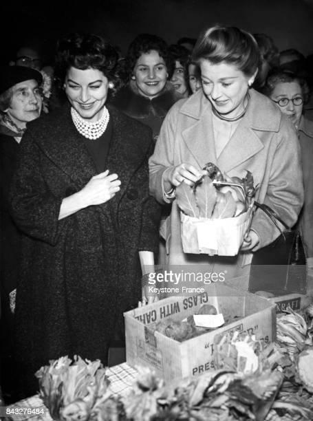 Ava Gardner achetant des légumes à un des stands de la fête des infirmières de l'hôpital Queen Victoria à East Grinstead dans le Sussex au RoyaumeUni...
