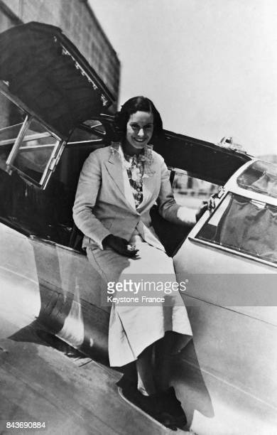 L'aviatrice Jean Batten assise sur son avion Espagne circa 1930