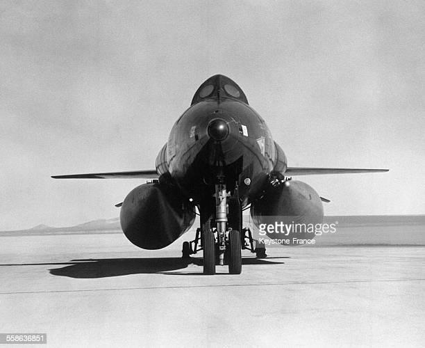 L'avionfusée experimental américain X15 avec deux réservoires supplémentaires qui lui permettent de voler à plus de 8000 km/heure le 4 novembre 1965...