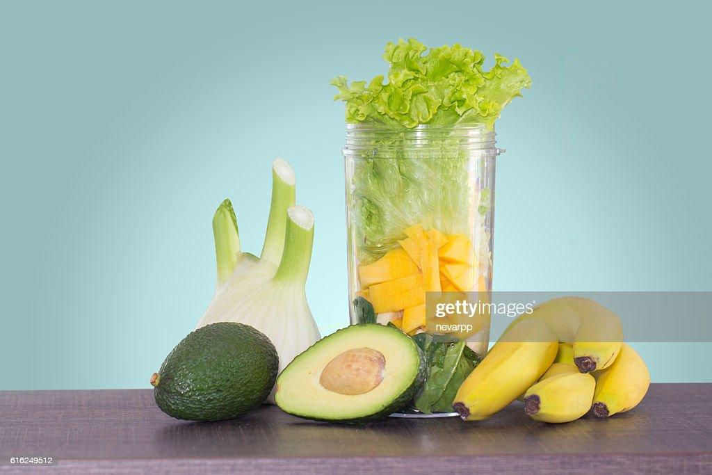 avocado and banana smoothie ingredients in blender : Foto de stock