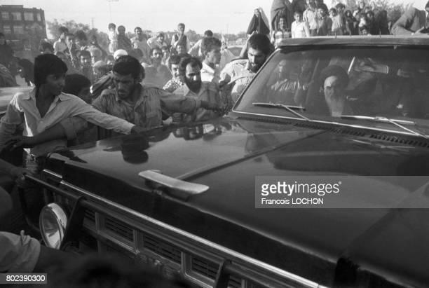 L'ayatollah Khomeini accueilli par une foule en liesse lors de sa visite de la ville sainte de Qom le 29 mars 1979 en Iran