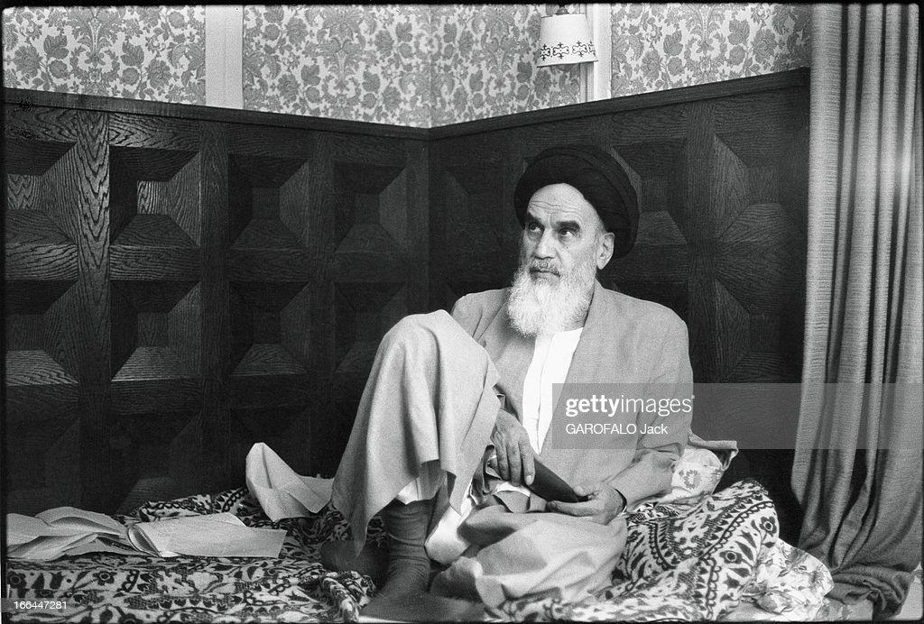Ayatollah Khomeini In Exile In France. Attitude de l'ayatollah Ruollah KHOMEINY installé sur son matelas, lors de son exil à Neauphle-le-Château, en France, en octobre 1978.