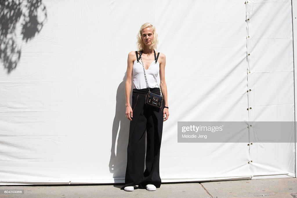Street Style - September 2016 New York Fashion Week - Day 5 : News Photo