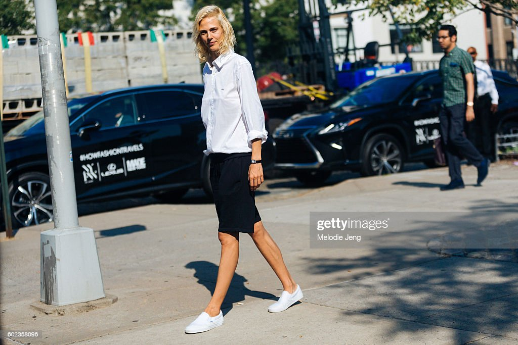 Street Style - September 2016 New York Fashion Week - Day 3 : News Photo
