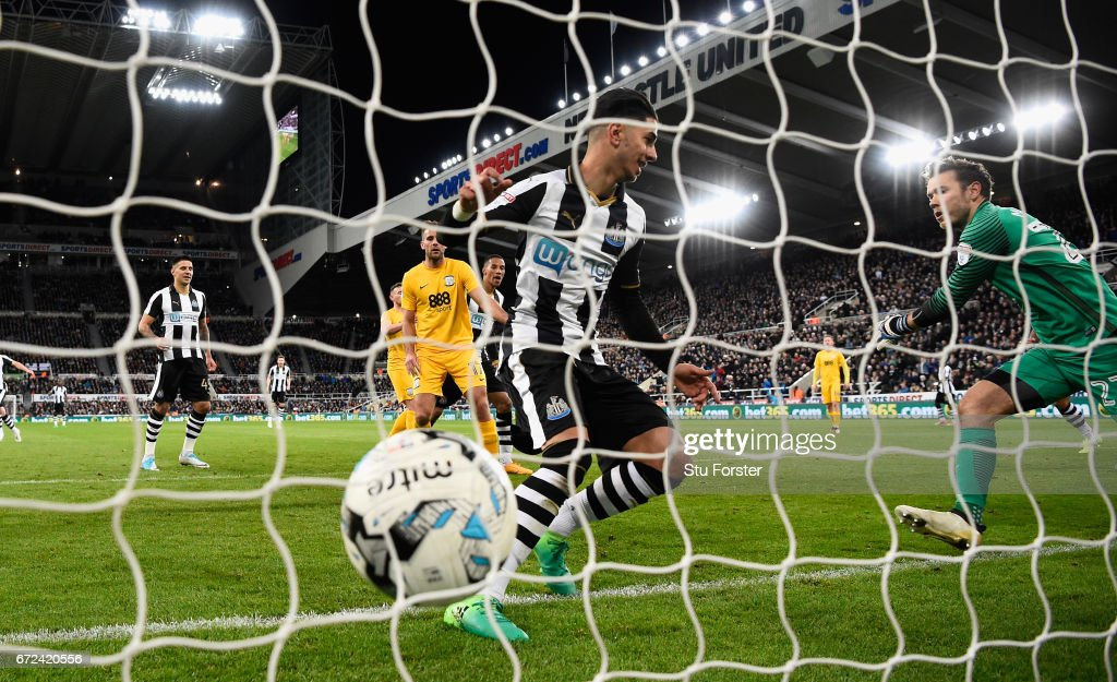 Ayoze Perez of Newcastle scores the fourth goal during the Sky Bet Championship match between Newcastle United and Preston North End at St James' Park on April 24, 2017 in Newcastle upon Tyne, England.
