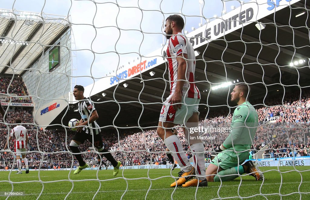 Ayoze Perez of Newcastle United celebrates after his team score their winning goal during the Premier League match between Newcastle United and Stoke City at St. James Park on September 16, 2017 in Newcastle upon Tyne, England.