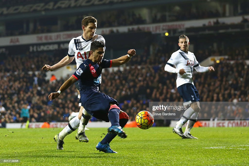 Ayoze Perez of Newcastle United holds off <a gi-track='captionPersonalityLinkClicked' href=/galleries/search?phrase=Jan+Vertonghen&family=editorial&specificpeople=1360499 ng-click='$event.stopPropagation()'>Jan Vertonghen</a> of Tottenham Hotspur to score their second goal during the Barclays Premier League match between Tottenham Hotspur and Newcastle United at White Hart Lane on December 13, 2015 in London, England.