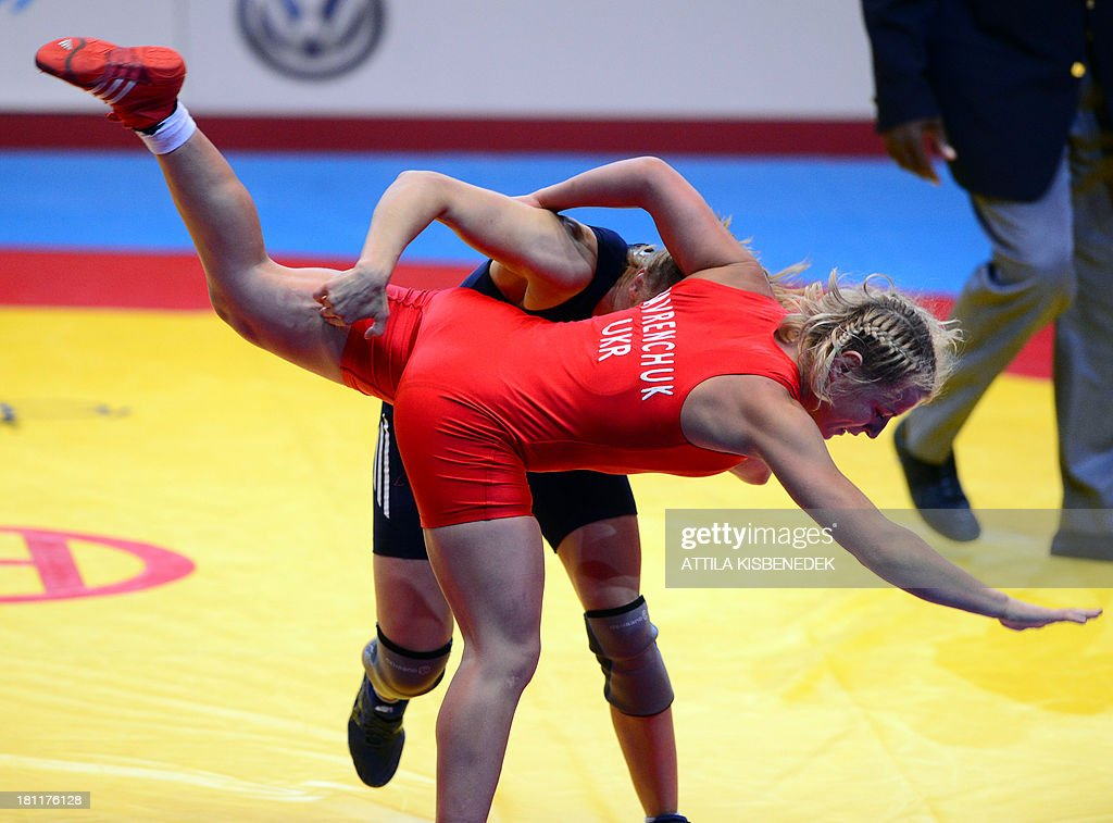 Azerbaijan's Yuliya Ratkevich (blue) and Ukraine's Tetyana Lavrenchuk (red) fight during the women's free style 59 kg category for bronze of the FILA World Wrestling Championships in Budapest on September 19, 2013. Ratkevich won the bronze medal. AFP PHOTO / ATTILA KISBENEDEK