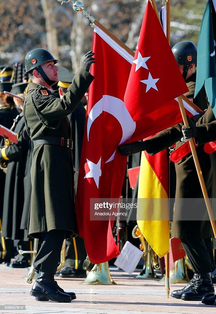 Babakan Ahmet Davutolu, resmi ziyaret için Türkiye'de bulunan Almanya Babakan Angela Merkel'i Çankaya Kökü'ne geliinde resmi törenle karlad. Karlama töreni öncesi Merkel'i bekleyen askerler, hazrlk yapt.