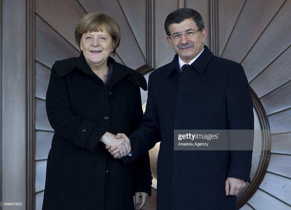 Babakan Ahmet Davutolu, resmi ziyaret için Türkiye'de bulunan Almanya Babakan Angela Merkel'i Çankaya Kökü'ne geliinde resmi törenle karlad.