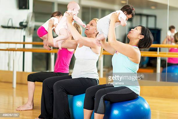 Les bébés et maman exercice