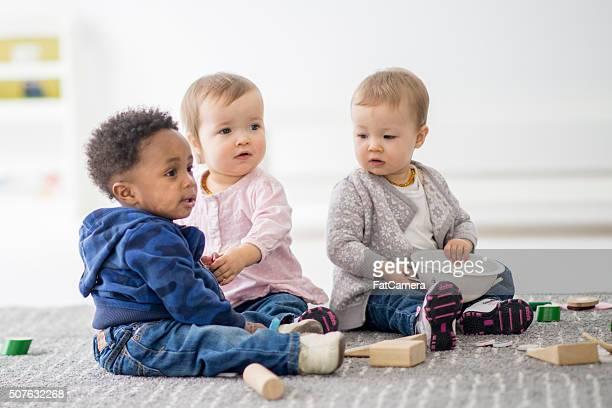 Baby spielen zusammen im Vorschulalter.